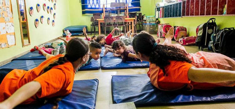 Creche municipal tem ioga e massagem para crianças conheça