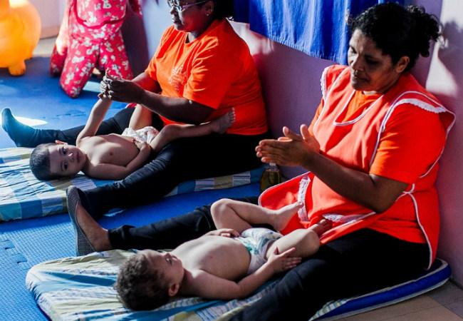 Creche municipal tem ioga e massagem para crianças massagem