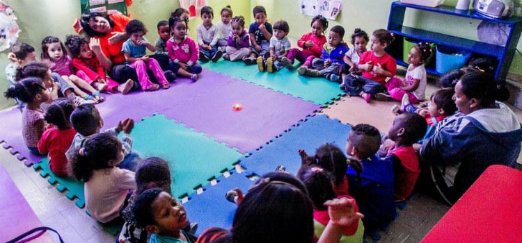 Creche municipal tem ioga e massagem para crianças sala