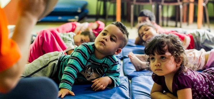 Creche municipal tem ioga e massagem para crianças veja