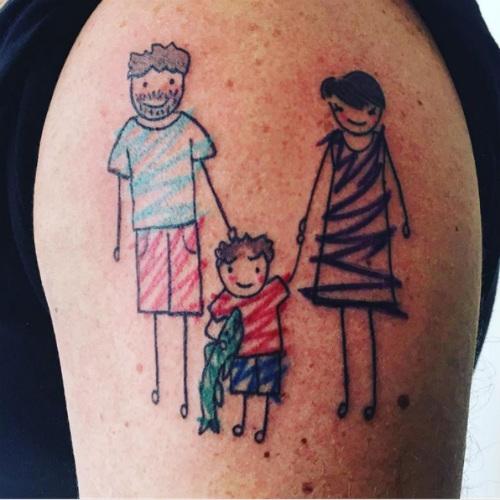 desenho do filho e tatuagem de família