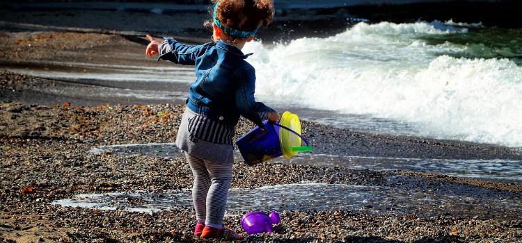 ensinar criança a brincar sozinha é importante