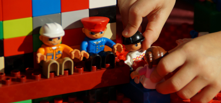 ensinar criança a brincar sozinha sem perigos
